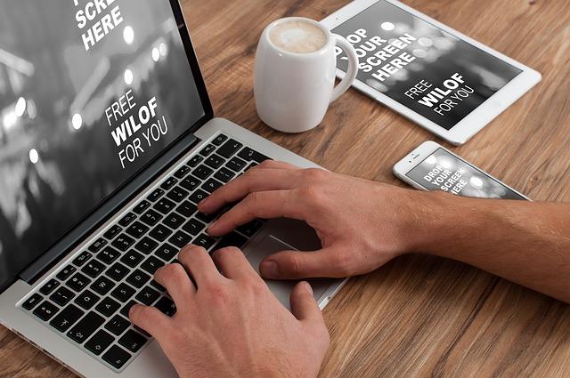 káva u macbooku
