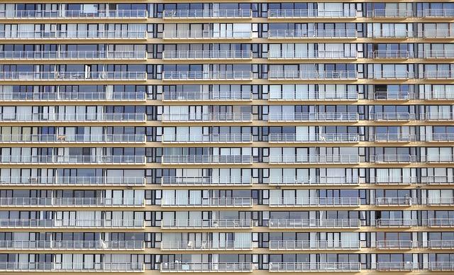 prázdné balkony