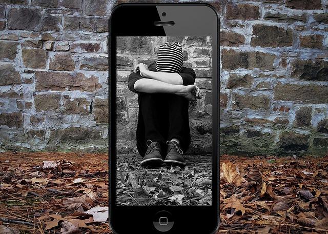 dítě, smutek, šikana, telefon