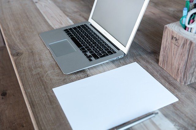 notebook a nepopsané papíry