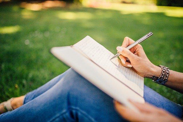 dívka, co píše na kolenou