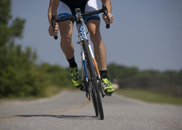 detail cyklisty za jízdy
